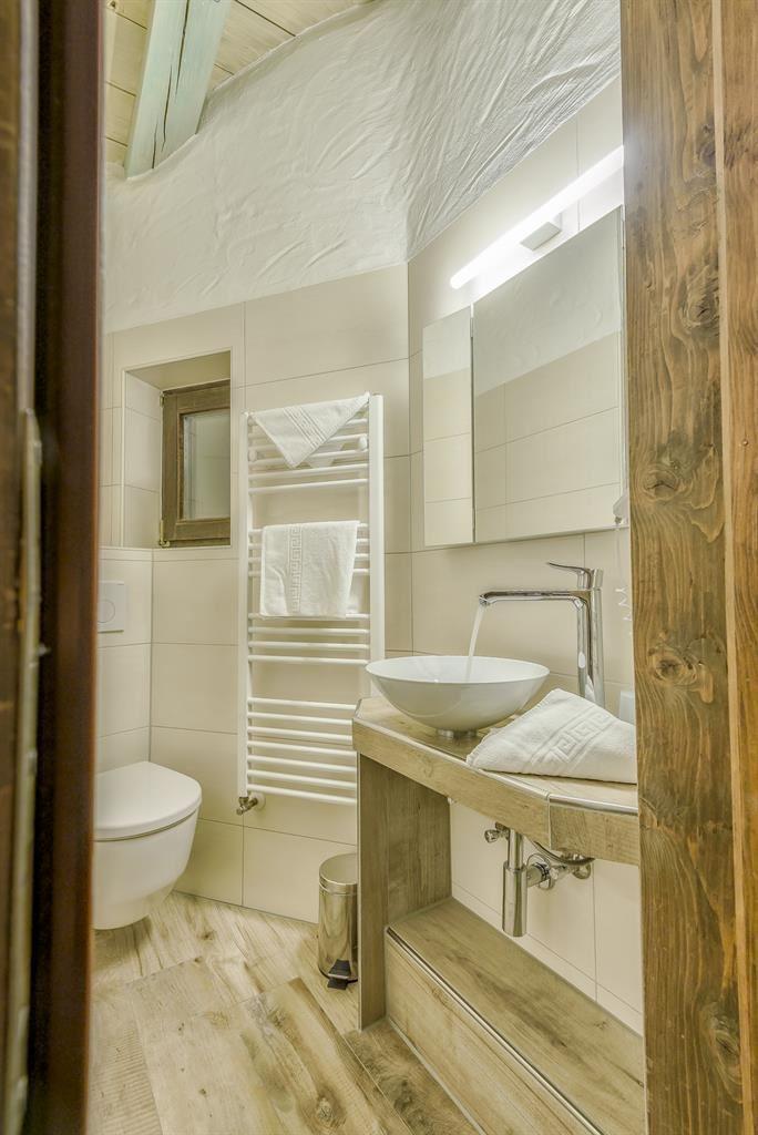 Charmant In Einem Schlafzimmer Befindet Sich Ein Waschbecken Und Eine Dusche, Im  Zweiten Schlafzimmer Gelangt Man ...
